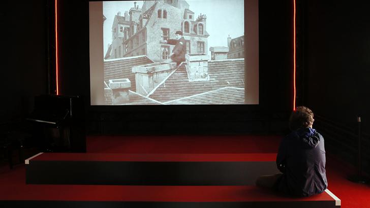 """Un spectateur pendant l'exposition """"Gaumont: 120 ans de cinema"""" en avril 2015 - Patrick Kovarik - AFP"""