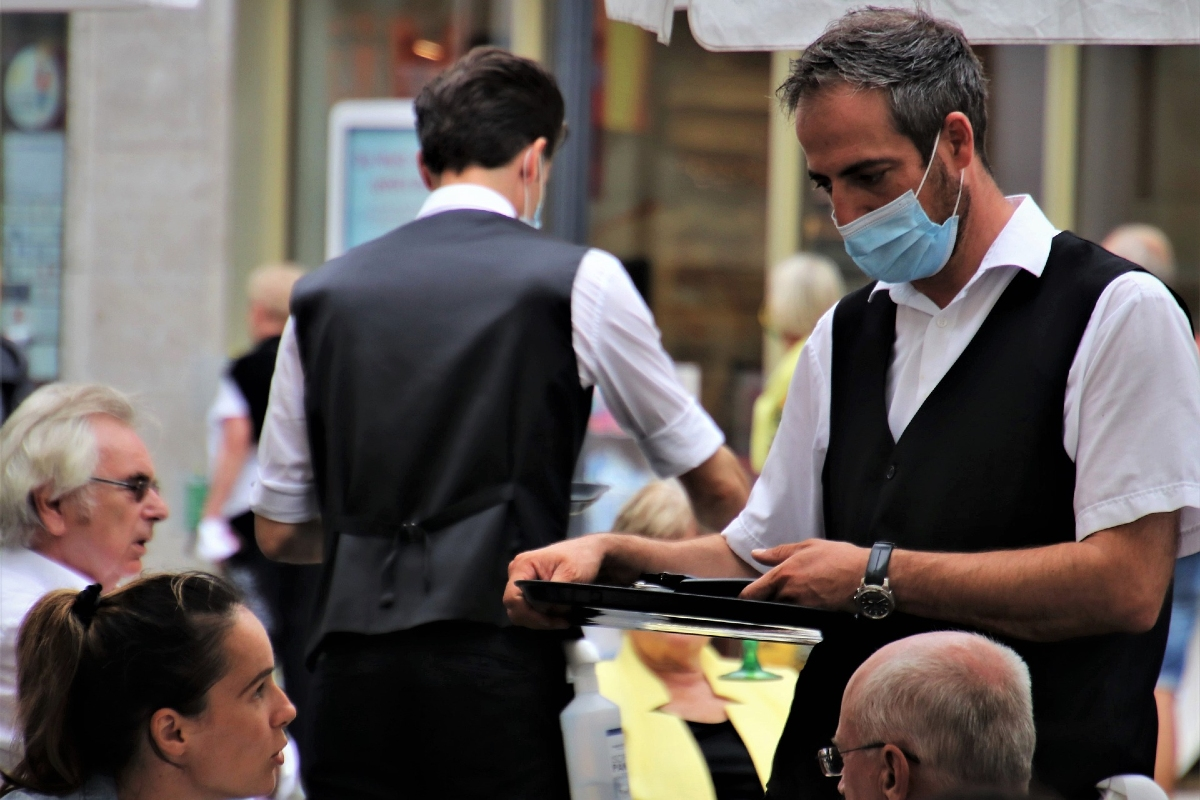 Covid19 restaurant. Outdoor cafe waiter with mask. Photo by pasja1000 from Pixabay