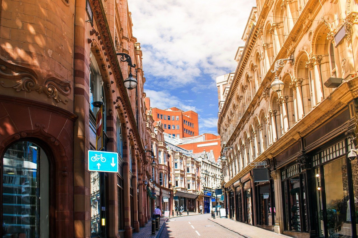 Birmingham shops by Khamkhor on Pixabay
